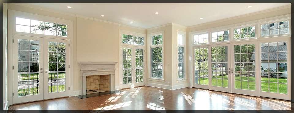 Salon. Drzwi balkonowe i okna.